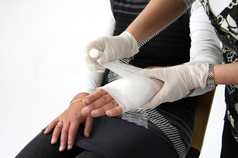 ¿Cómo poner un vendaje en la mano?