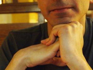 ¿Es peligroso hacer crujir los dedos?