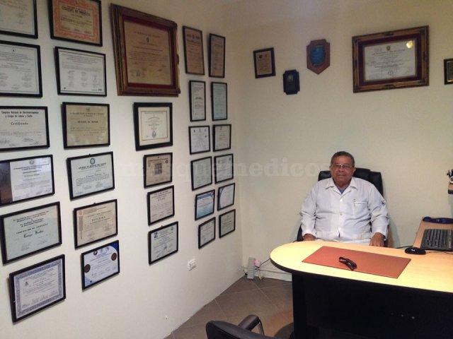 Dr. Enrique Benites, en su consulta de otorrinolaringología en Guayaquil - Enrique Emilio Benites Quintero