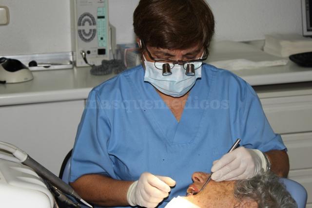 La Dra. Pilar Garrido realiza un trabajo con magnificación - Doctora Pilar Garrido Lapeña