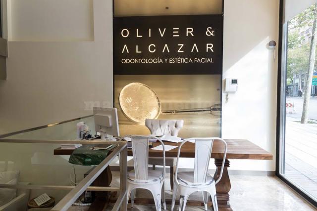 Entrada a la clínica - Oliver & Alcázar