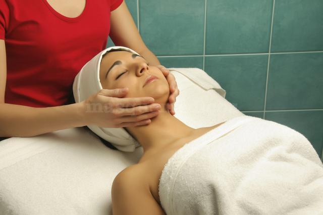 Masaje facial en un tratamiento de fisioterapia estética - Alfisio