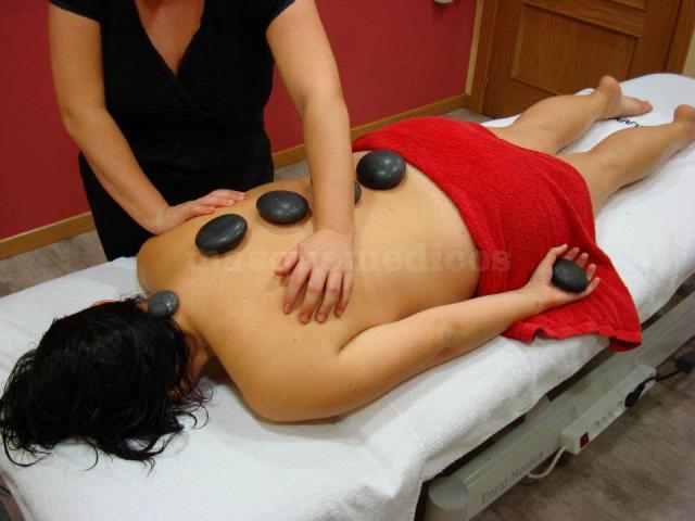 Masaje con piedras calientes - FisioSipos. Clínica de Fisioterapia y Estética