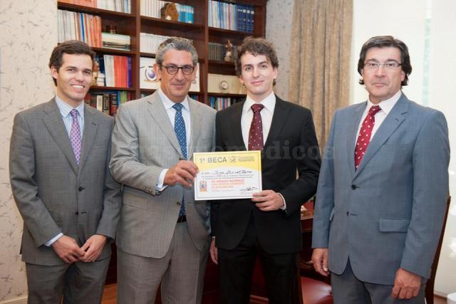 Laureano Álvarez-Rementería y el ganador de la 1ª edición de la Beca de la Fundación Rementería  - Clínica Rementería