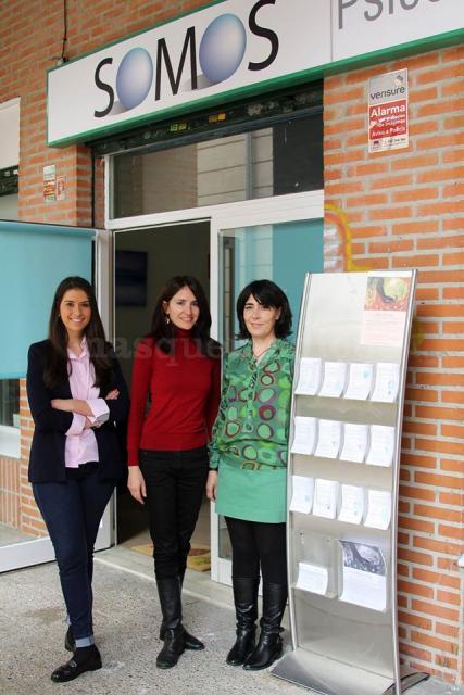 El equipo en la entrada del centro - Somos Psicología y Formación