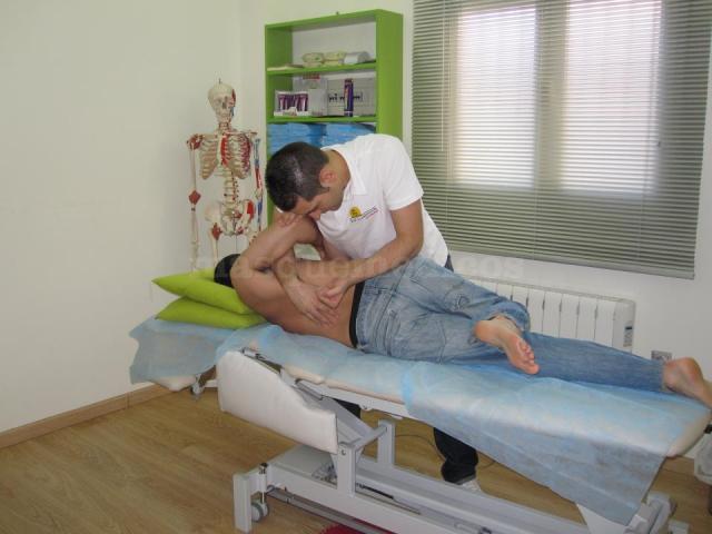 Haciendo un tratamiento - Centro de Osteopatía Bone & Muscle