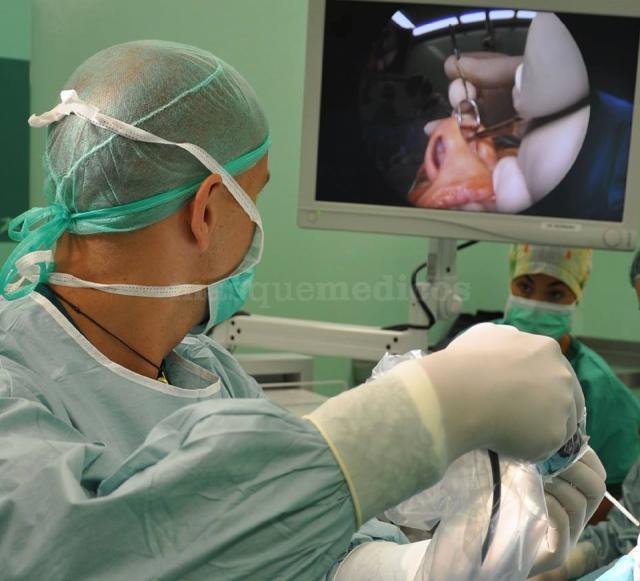 El Dr. Moscatiello durante una intervención - Fabrizio Moscatiello