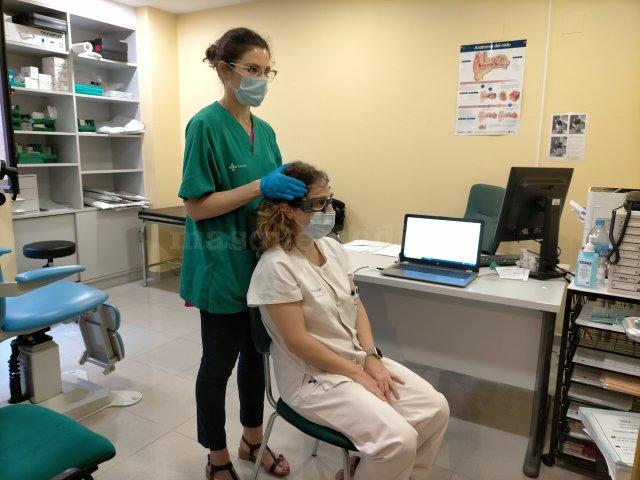 Realizando un vHIT a una compañera con vértigo recurrente - Mónica Granda Rosales